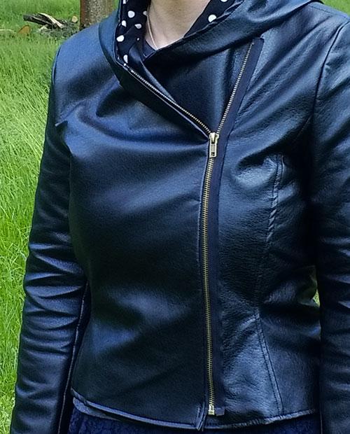 Zoom sur les détails du perfecto d'Audrey Dugas en simili cuir Mondial Tissus